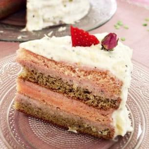layer cake au thé matcha et eau de rose, fraise et kiwi