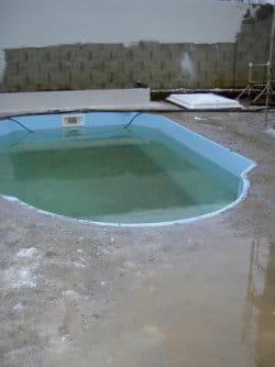 la dalle de béton est coulée après avoir calculé l'inclinaison des pentes pour