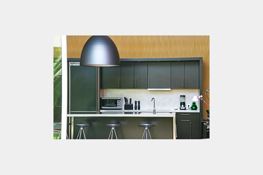 cuisine carr e habit rouge pour villa ensoleill e journal des femmes. Black Bedroom Furniture Sets. Home Design Ideas