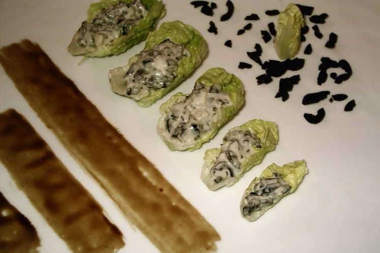 Feuilles de sucrine, crème de fromage de chèvre aux olives