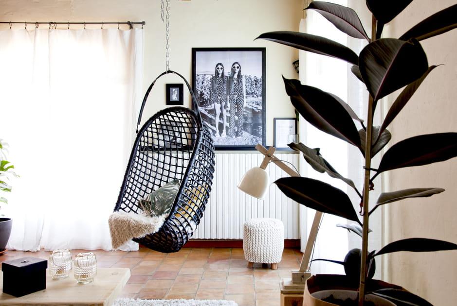Un fauteuil suspendu dans le salon
