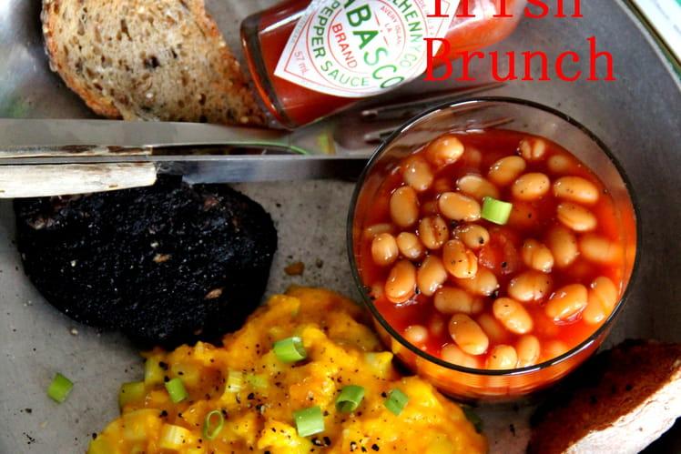 Brunch façon Irlandaise : oeufs brouillés, black pudding, haricots sauce tomate