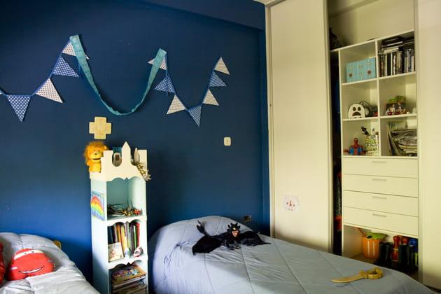 Une chambre de garçon bleu roi