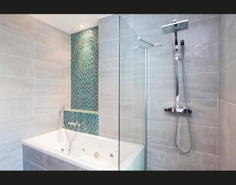 Ambiance épurée dans la salle de bains