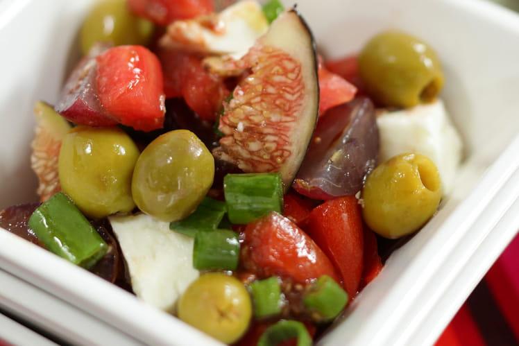 Salade de tomate, olives vertes et vinaigrette à la figue