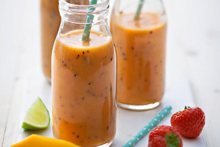 Smoothie fraise, mangue, kiwi, passion, gingembre
