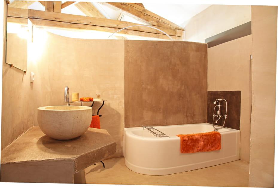 Une salle de bains brute