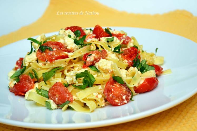Tagliatelle à la feta, tomates cerise et basilic