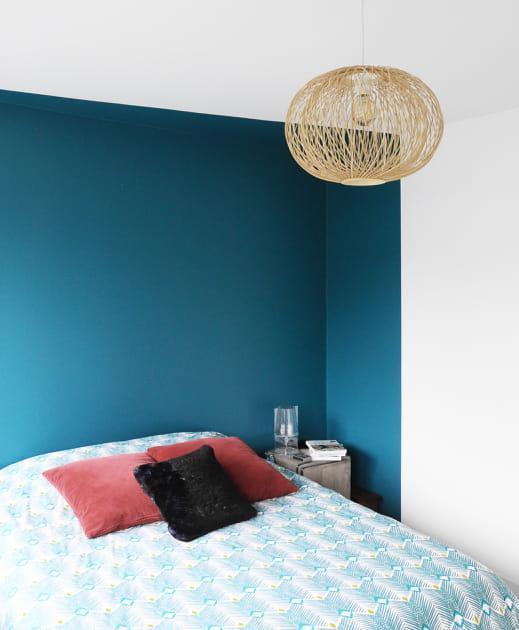 Une chambre d'adulte en bleu profond