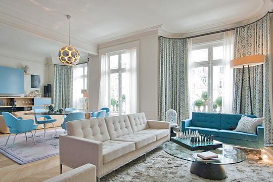 duo de bleu et blanc dans un appart haussmannien. Black Bedroom Furniture Sets. Home Design Ideas