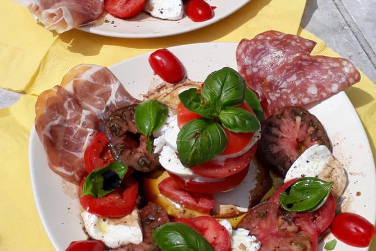 Assiette trois tomates, mozzarella, basilic