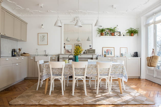 Une cuisine ouverte qui longe le mur