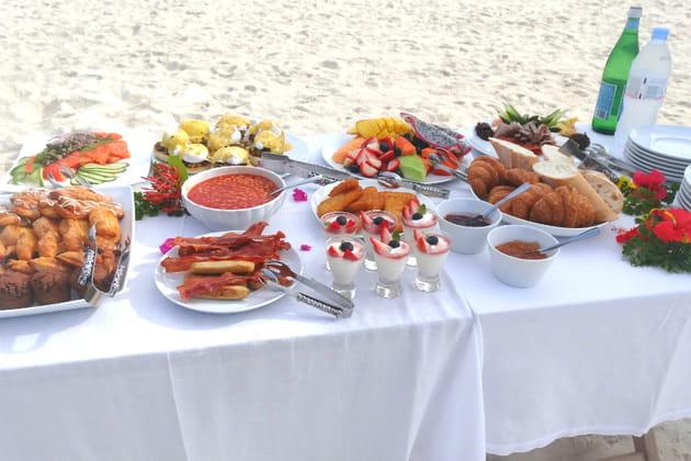 Un luxueux petit déjeuner sur la plage, ouvrez vos papilles