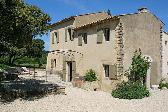 Une maison en pierre couleur sable