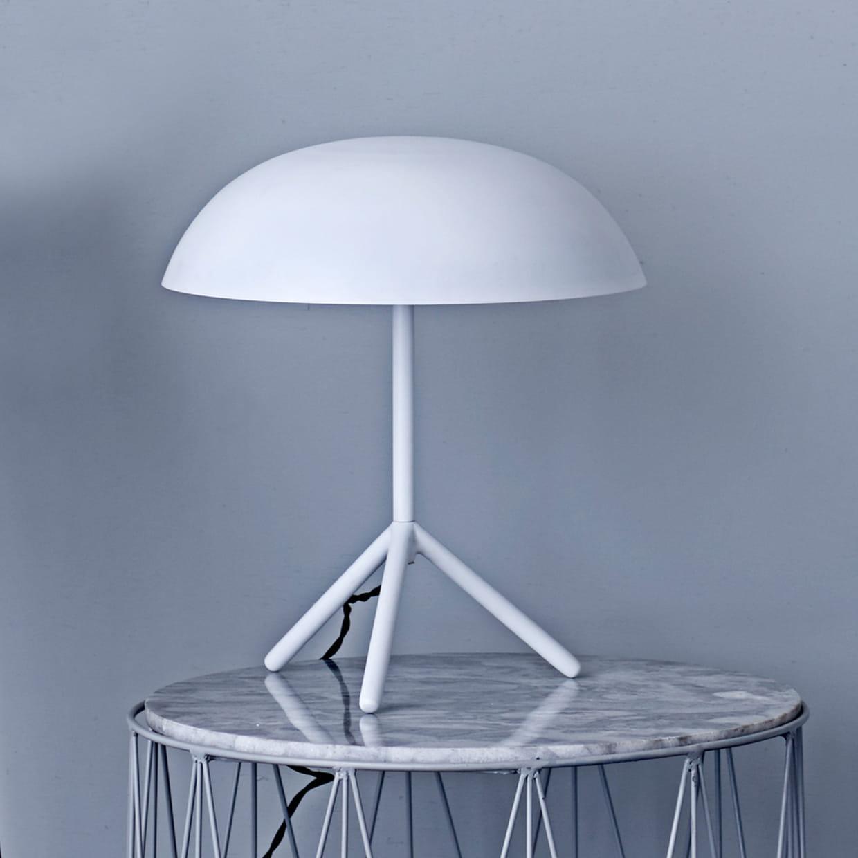 la lampe de chevet sur tr pied. Black Bedroom Furniture Sets. Home Design Ideas