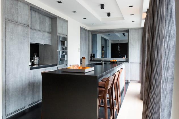 Une cuisine grise spacieuse