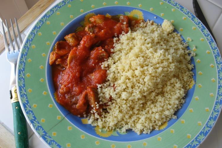 Semoule à la sauce tomate et à la viande