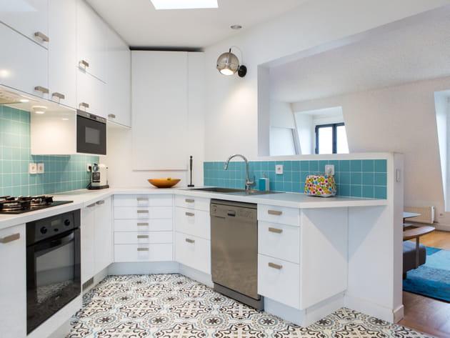 Une cuisine ouverte en blanc et turquoise