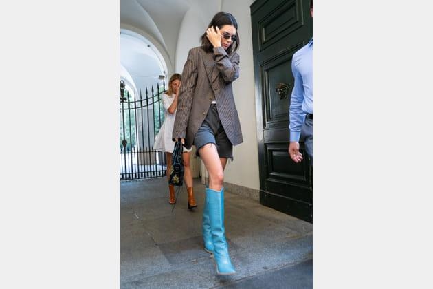 Kendall Jenner en short vintage et santiags turquoises