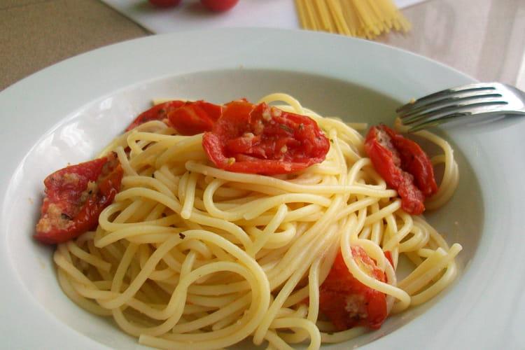 Spaghetti aux tomates-cerises au four à la mode de Brindisi