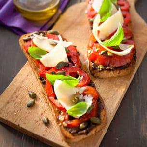 tartines du soleil : tomate tapenade parmesan et basilic