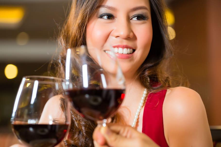 La taille de votre verre de vin vous inciterait-elle à boire plus?