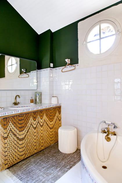 Un rideau de perles dans la salle de bains