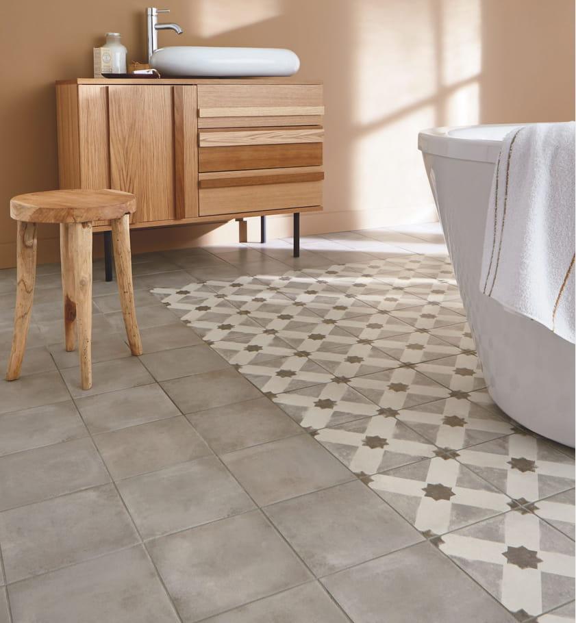 le mix carrelage et carreaux de ciment quel sol pour la salle de bains journal des femmes. Black Bedroom Furniture Sets. Home Design Ideas