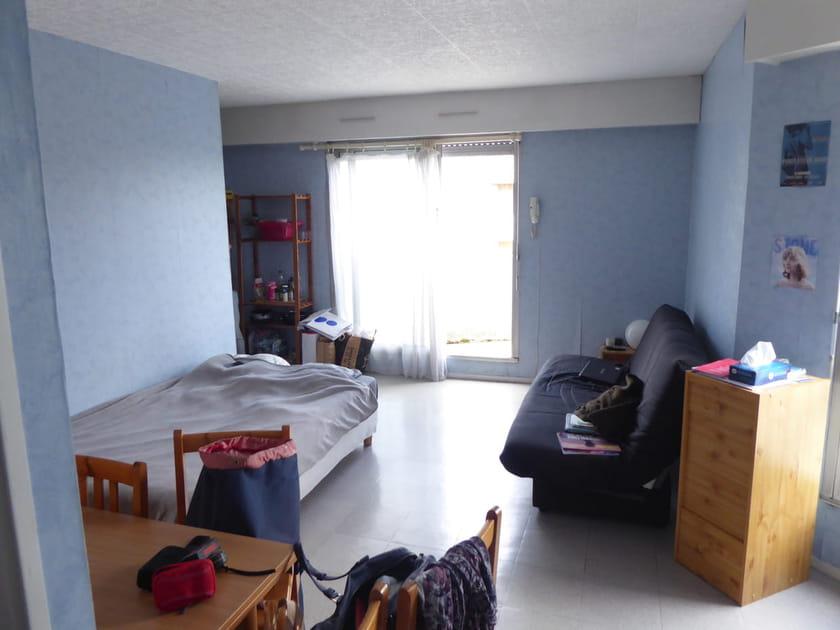 Avant: un studio cloisonné façon logement étudiant