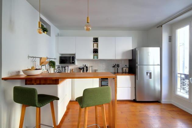 Après: une cuisine blanche avec îlot bar archi bien pensé