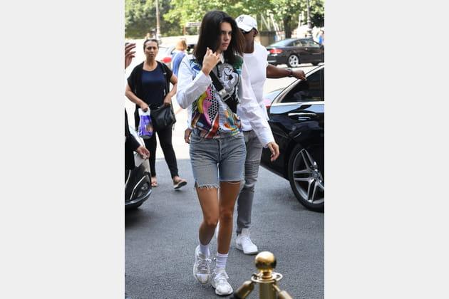Kendall Jenner en short délavé et chemise pop art