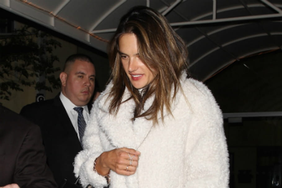 Le look people du jour : Alessandra Ambrosio, chic et sexy