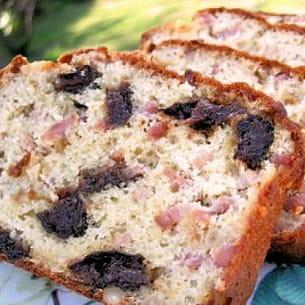 cake lardons, pruneaux et pignons