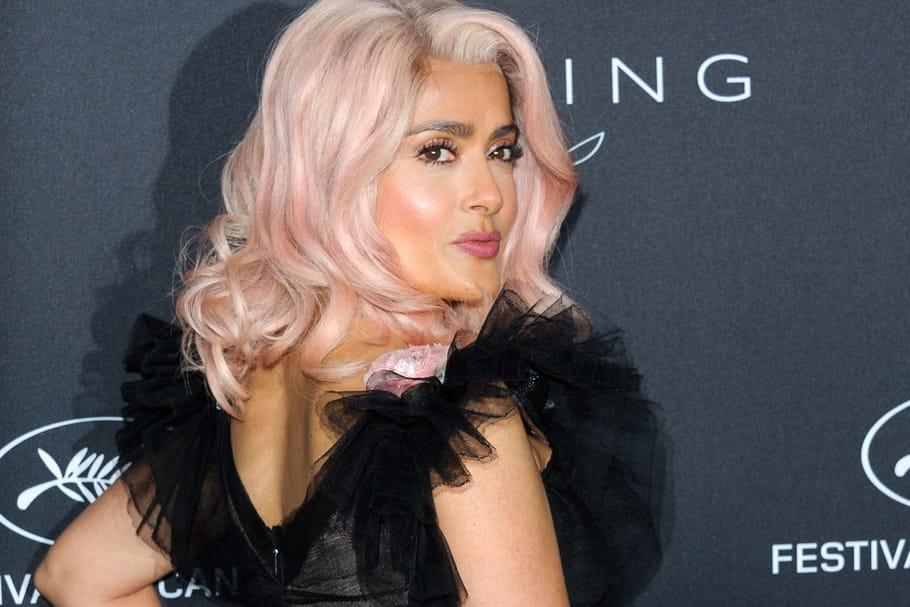 Les cheveux roses de Salma Hayek à Cannes