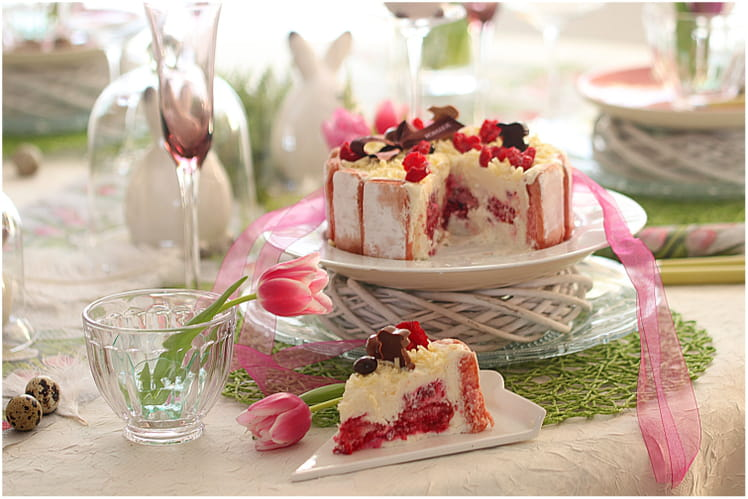 Charlotte au chocolat blanc, framboises et biscuits roses