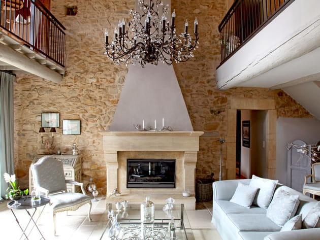 Une mur en pierre au salon