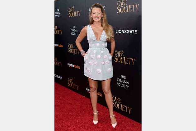 Une robe courte bleue pâle pour Blake Lively