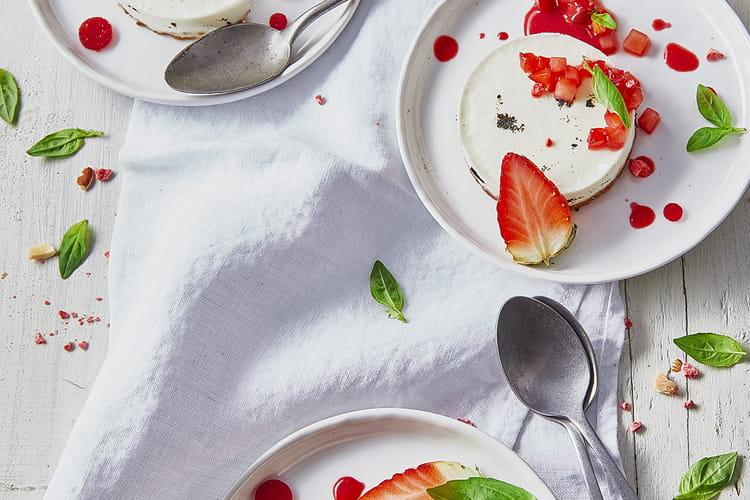 Entremets à la vanille bourbon, crème fraîche de chèvre Chavroux et jus de fraise Mara des Bois