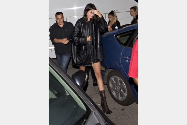 Kendall Jenner en blouson en cuir oversize et mini short