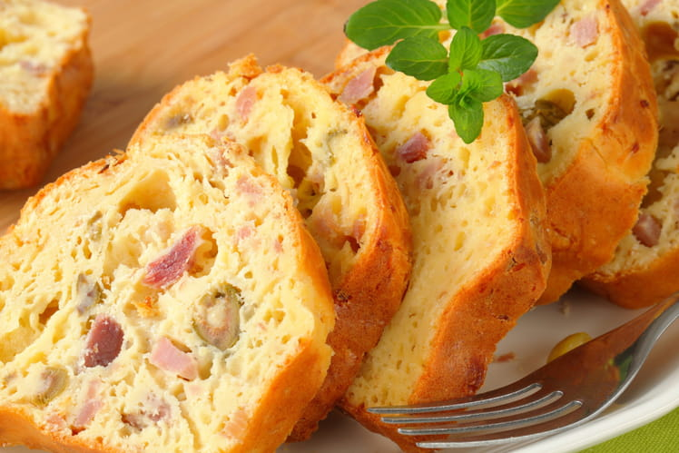 Cake aux olives, jambon et fromage
