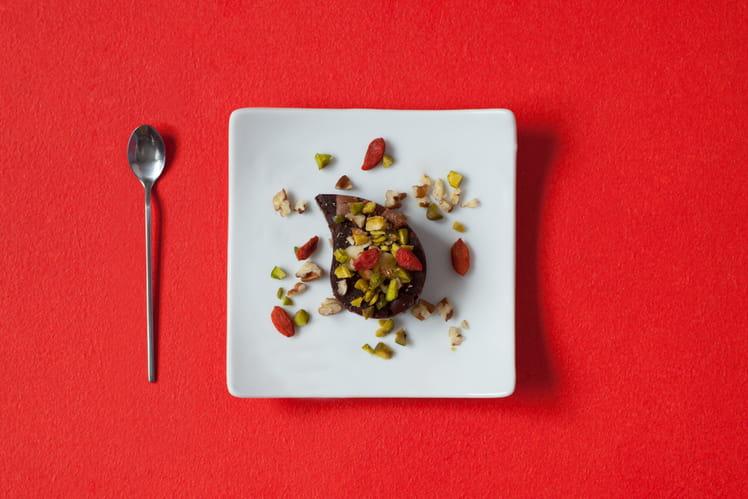 Fondant au chocolat, poudre de pistaches, noix de pécan et baies de goji