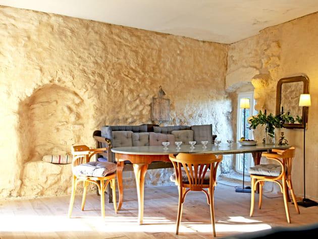 Une salle à manger en pierre