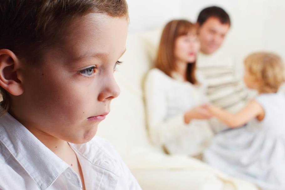 Comment aider l'enfant du milieu à trouver sa place dans la fratrie ?