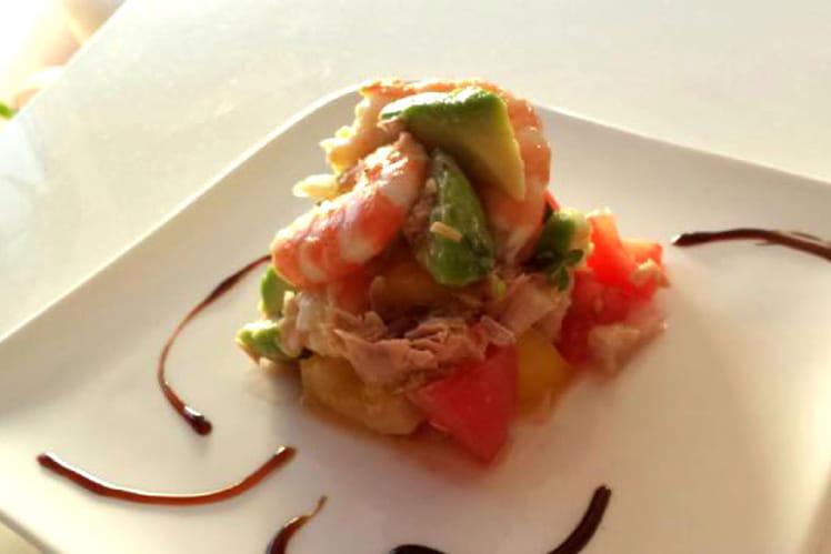 Salade de tomates, thon, avocat, crevettes