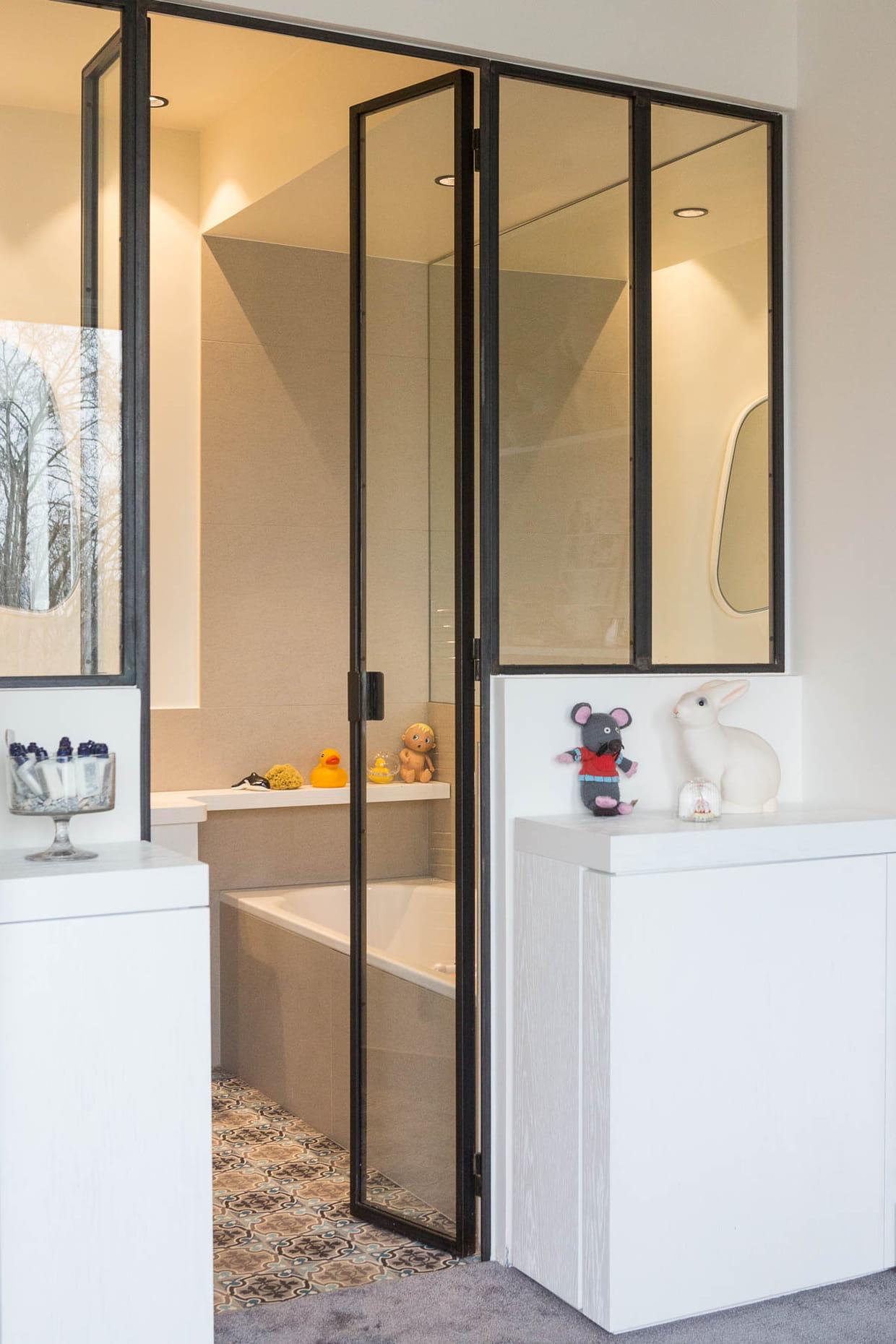Salle de bains avec porte verrière