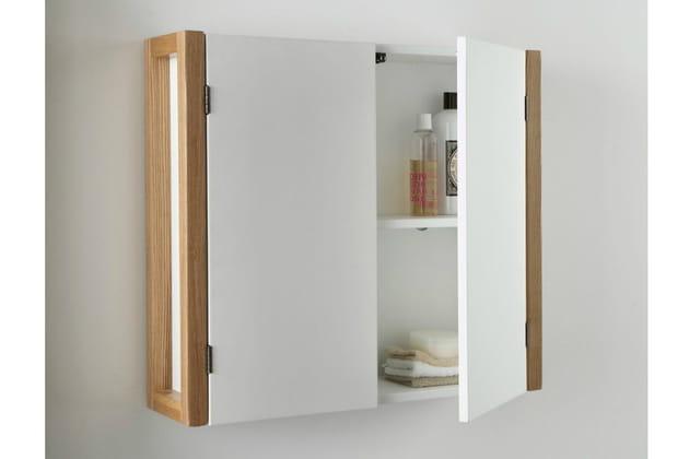 Une armoire de toilette