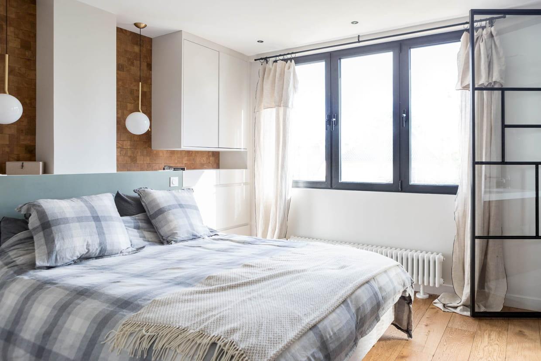 une chambre parentale bois et blanc. Black Bedroom Furniture Sets. Home Design Ideas