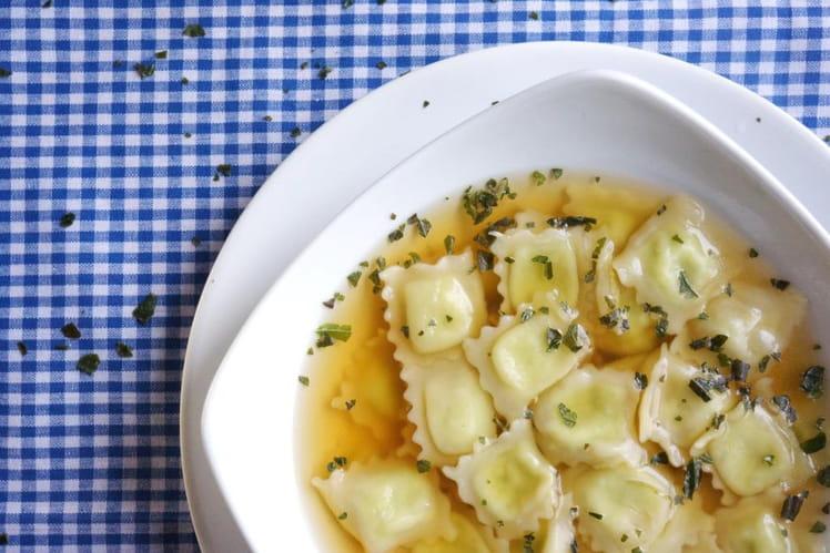 Bouillon de légumes au basilic et ravioles