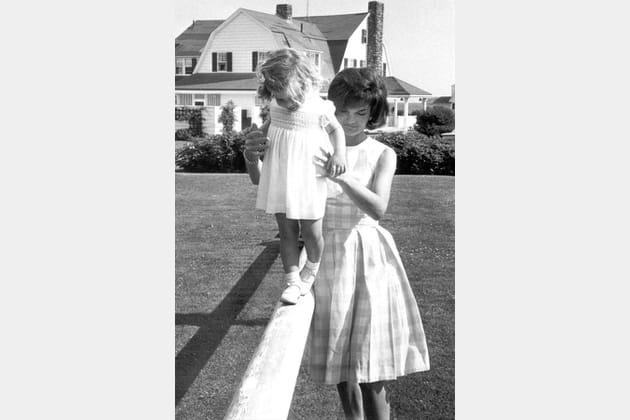 Jackie Kennedy en robe à grands carreaux