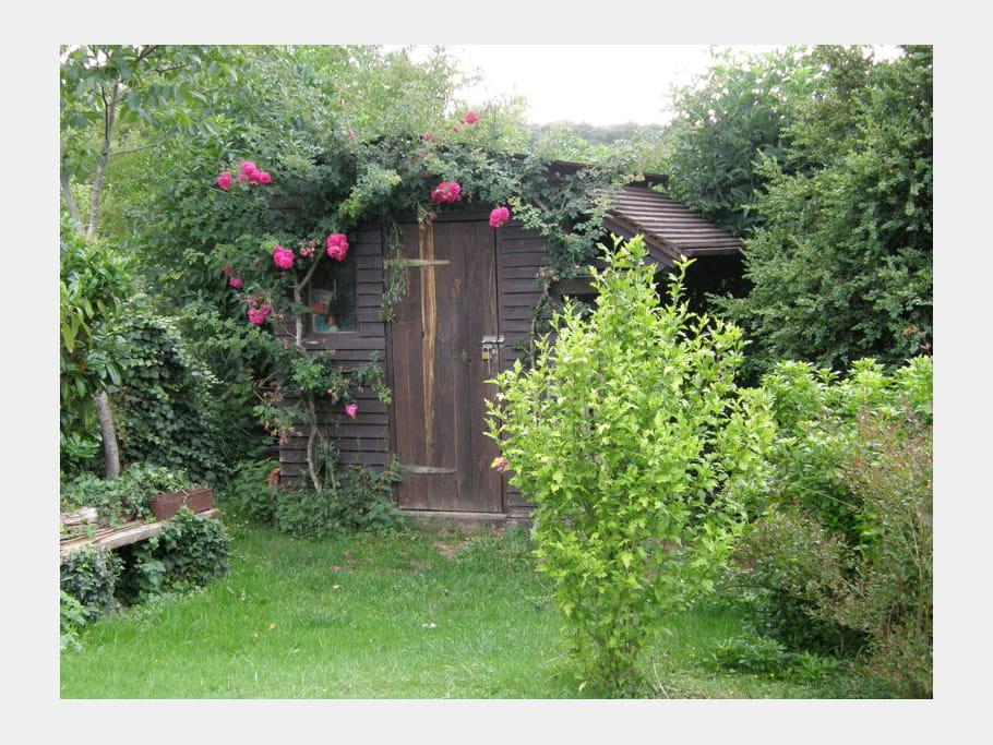 Cabane au rosier ces cabanes au fond du jardin journal for Decoration jardin rosier